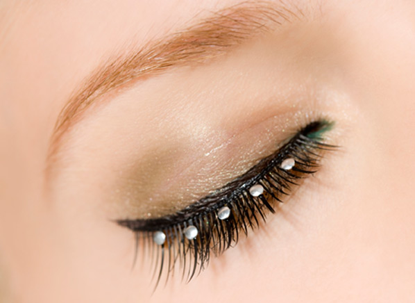 Eyelash Extension Health Risks - Consumer Reports